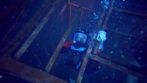 47-meters-down-cage-medium-shot